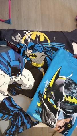 Varie maglie e abbigliamento di batman
