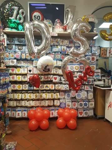 Decorazione di palloncini con iniziali per anniversario