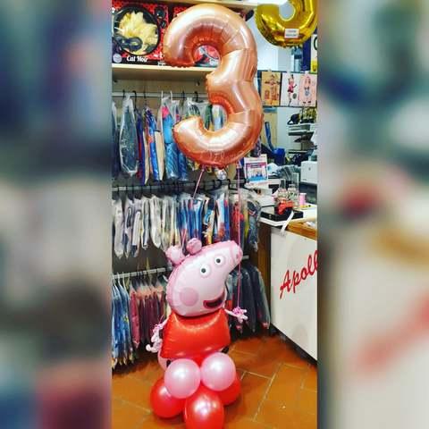 Composizione di palloncini a tema peppa pig per 3 anni