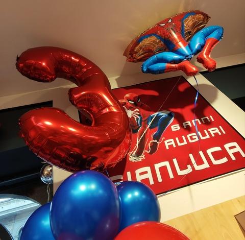 Decorazione di palloncini per festa a tema spiderman