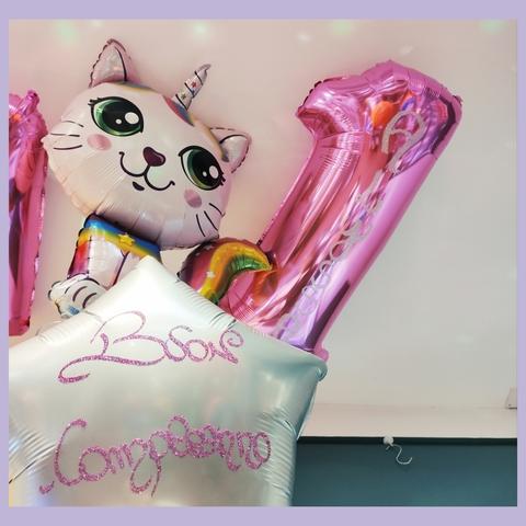 Decorazione di palloncini a tema gattocorno con dedica