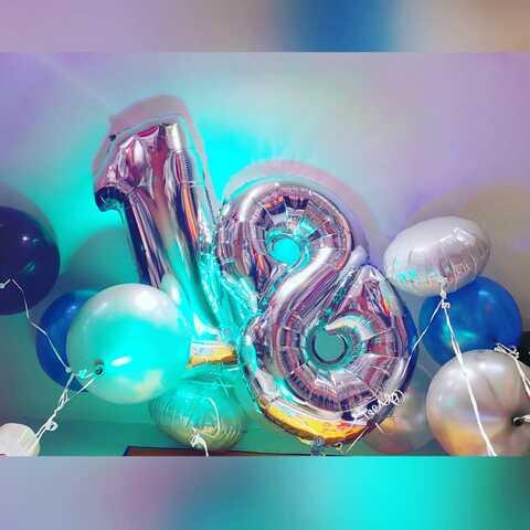 Composizione di palloncini colorati e numero 18 argento