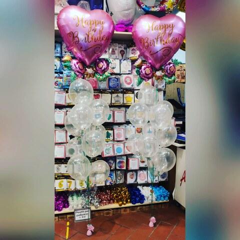 Allestimento di palloncini happy birthday con fiori