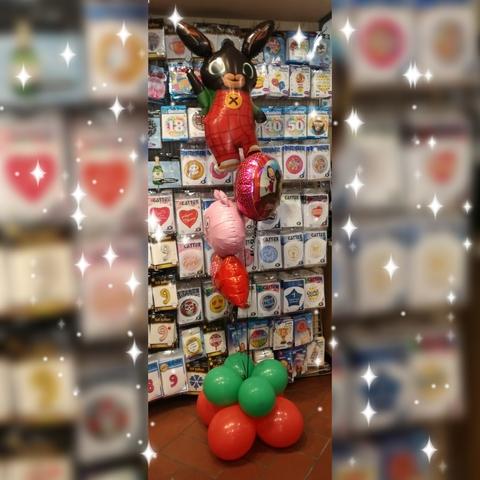 Decorazione di palloncini a tema con coniglietto bing