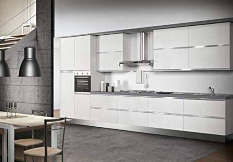 Cucina grande e spaziosa con elettrodomestici