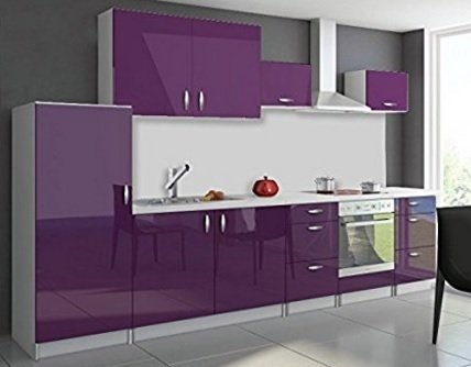 Cucina completa e dal colore bianco e viola