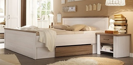 Camera da letto in legno di pino chiaro e comodini