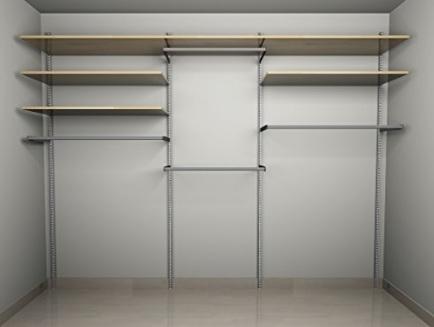 Cabina armadio spaziosa e funzionale con molte mensole