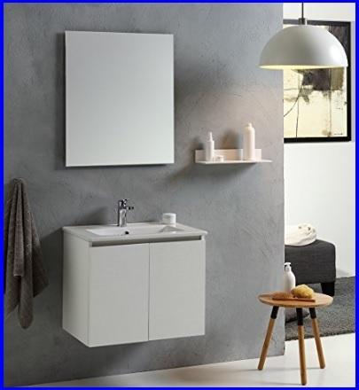 Bagno parete con mobili bianchi