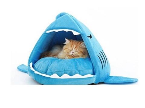 Cuccia a forma di squalo per gatti