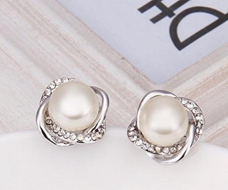 Orecchini femminili con perla placcata in oro bianco