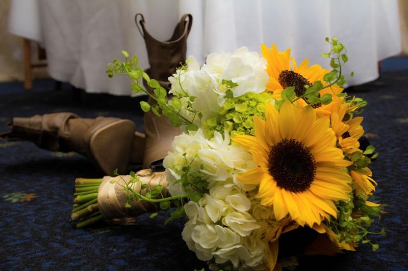 Matrimonio Girasoli Chiesa : Il bouquet da sposa con girasoli e rose abbinamento estivo