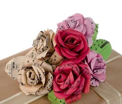 Bouquet realizzato in carta di musica per appassionati
