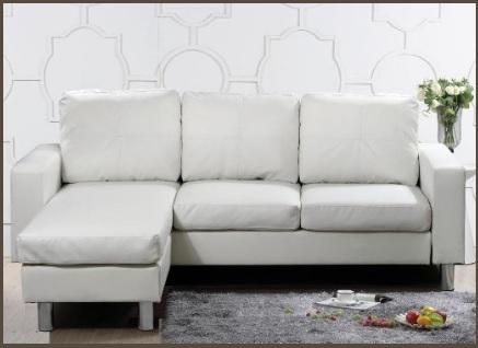 Divano bianco angolare con morbidi cuscini