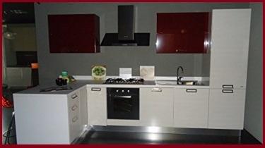 Cucina completa con forno e frigo incassati laccata