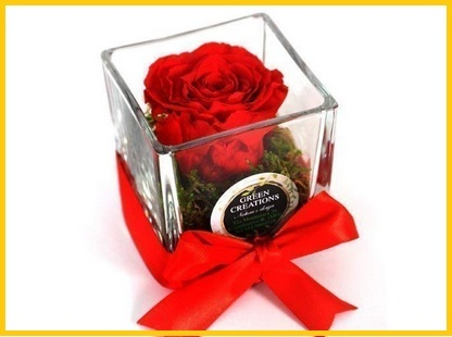 Vasi in vetro con composizione floreale