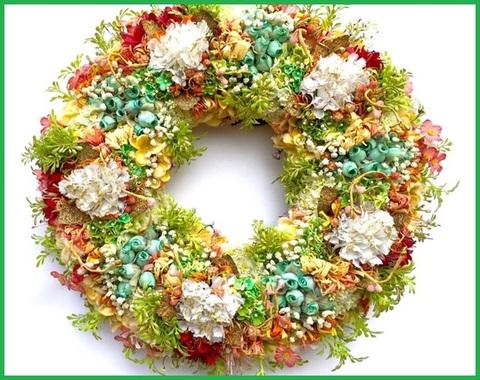 Creazione floreale con fiori e foglie artificiali