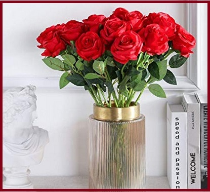 Rose rosse finte e fiori