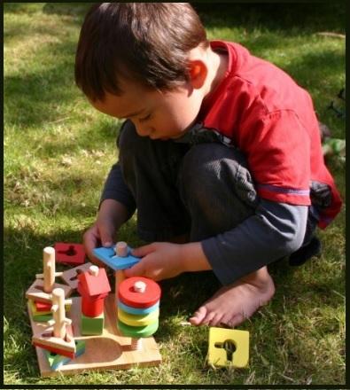 Giocattolo in legno con varie forme geometriche