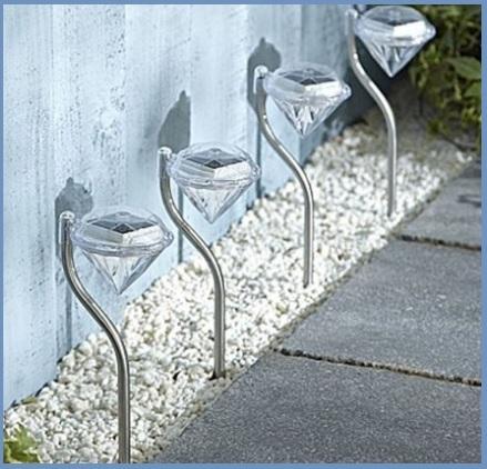 Illuminazione da piantare nel giardino a forma di diamante
