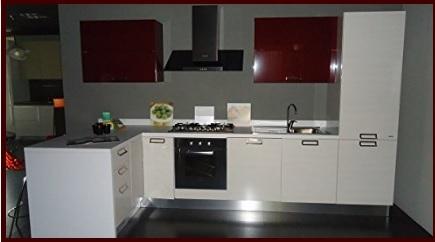Cucina moderna color lampone e bianca con penisola - Cucine piramide ...