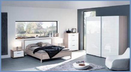 Camera fusion bianca con letto in pelle ed armadio con ante scorrevoli in vetro disegnato