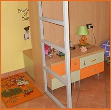 Cameretta viola, arancione e verde con letti a soppalco