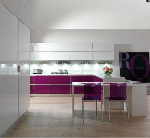 Cucina moderna angolare in vetro liscio ciclamino e bianco for Ingrosso oggettistica cucina