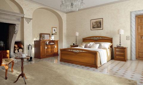 Camera classica ,letto con fregi in ferro su testiera