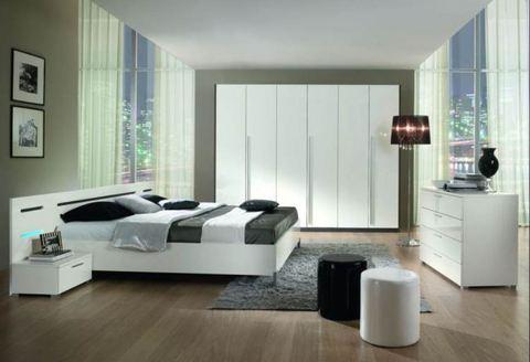 Camera moderna letto con luce lazio