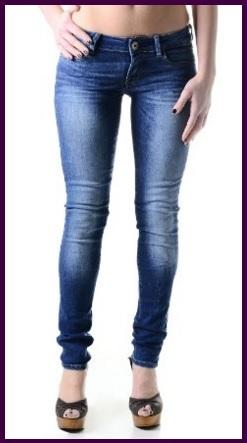 Jeans molto aderenti e firmati per donna
