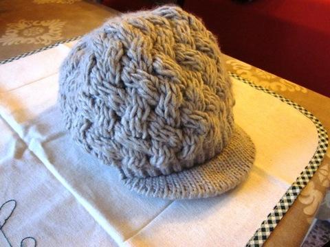 in lana basco con visiera in lana realizzato con quattro ferri lana