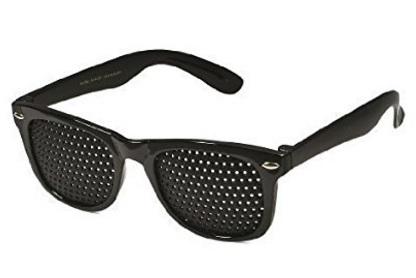 Occhiali con fori per migliorare la vista
