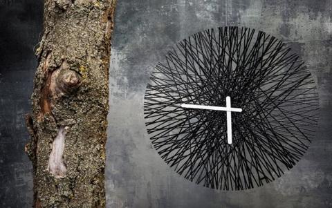 Orologio nero grande moderno non tradizionale