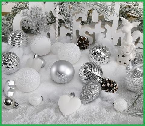 Palline natalizie con sfumature di bianco e argento