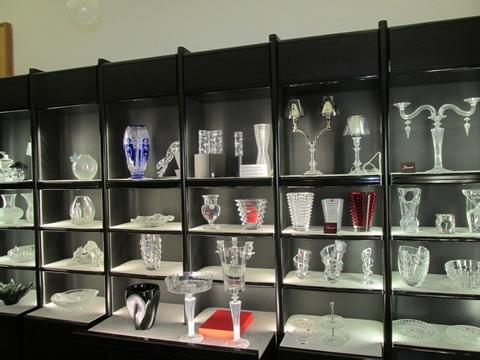 Bicchieri e candelabri di varie forme in cristallo