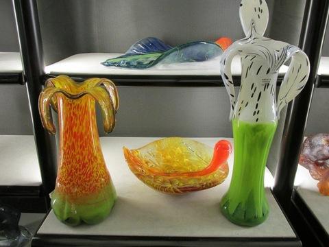 Vasi e tazze varie colori e forme in cristallo