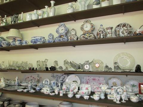 Sveglie lampade tazzine e piatti in ceramica