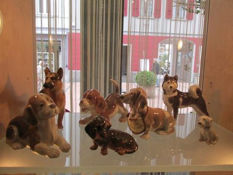 Varie razze di cani in ceramica