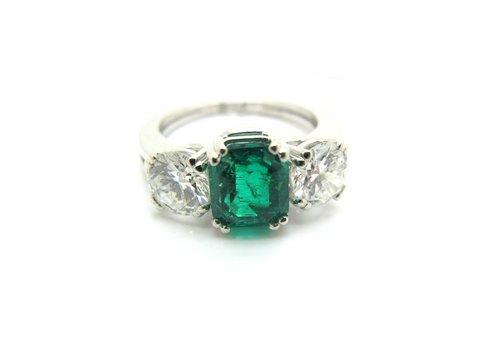 Anello in oro bianco 18 kt con bellissimo smeraldo centrale