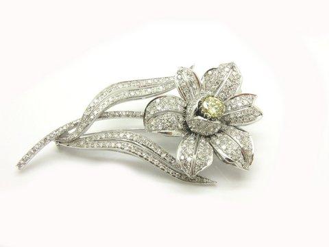 Spilla fiore in oro bianco 18 kt con diamante fancy yellow