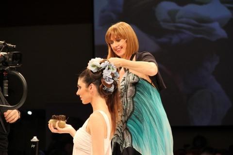 Raccolto di capelli con tema floreale