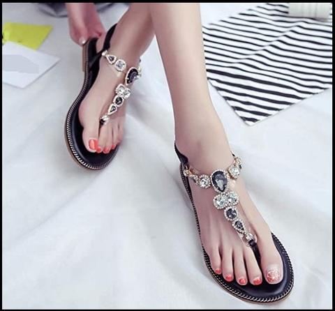 Sandali neri con gioielli
