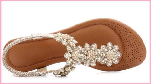 Sandalo in pelle con gioielli