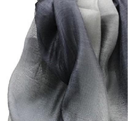 Scialle morbido e molto elegante sfumato grigio