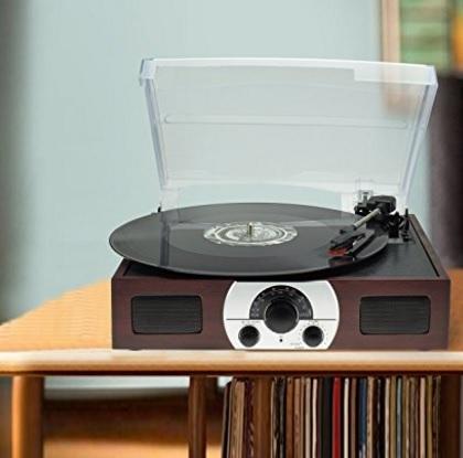 Giradischi moderno con stereo e altoparlanti in legno